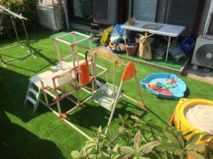 安全に子供たちが遊べる人工芝の庭
